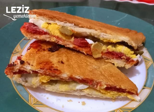 Yumurtalı Sucuklu Bol Malzemeli Tost
