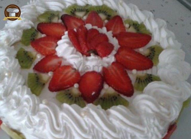 Meyveli Yaş Pasta Nasıl Yapılır