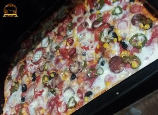 Ev Yapımı Bol Malzemeli Pizza